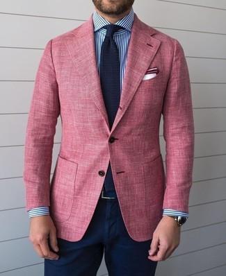 Cómo combinar: blazer rosado, camisa de vestir de rayas verticales en blanco y azul marino, pantalón chino azul marino, corbata de punto azul marino