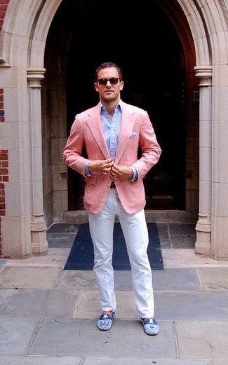 Cómo combinar: blazer rosado, camisa de vestir celeste, pantalón chino blanco, mocasín de ante azul