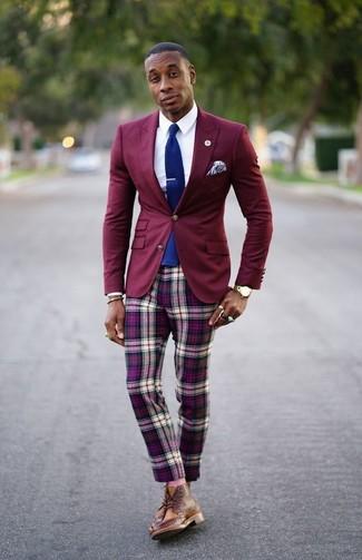 Cómo combinar: blazer burdeos, camisa de vestir blanca, pantalón chino de tartán morado, botas brogue de cuero marrónes