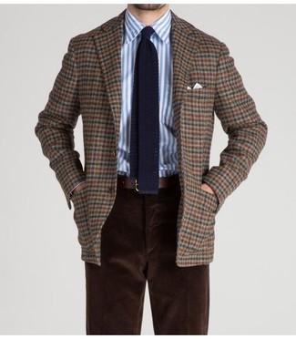 Cómo combinar: blazer de lana a cuadros marrón, camisa de vestir de rayas verticales en blanco y azul, pantalón chino de pana en marrón oscuro, corbata de punto azul marino
