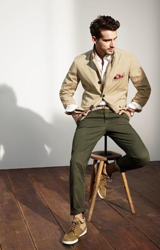 Cómo combinar: blazer de algodón en beige, camisa de vestir blanca, pantalón chino verde oliva, botas safari de ante verde oliva