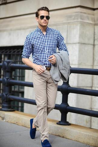 Cómo combinar: blazer de lana gris, camisa de vestir de cuadro vichy en blanco y azul, pantalón chino en beige, náuticos de ante azul marino