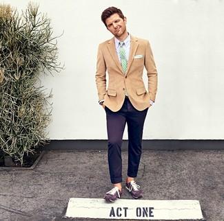 Cómo combinar: blazer de pana marrón claro, camisa de vestir violeta claro, pantalón chino en violeta, tenis de ante en violeta