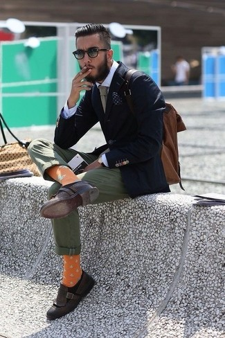 Look de moda: Blazer azul marino, Camisa de vestir blanca, Pantalón chino verde oliva, Mocasín con borlas de cuero en marrón oscuro