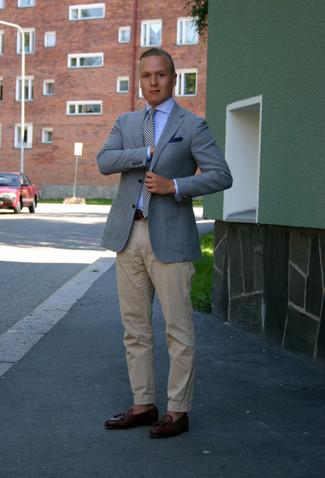 Cómo combinar una corbata de cuadro vichy en blanco y negro: Casa un blazer celeste junto a una corbata de cuadro vichy en blanco y negro para rebosar clase y sofisticación. Un par de mocasín con borlas de cuero en marrón oscuro se integra perfectamente con diversos looks.