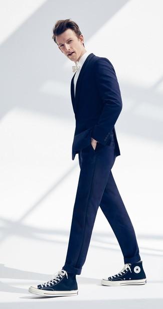 Cómo combinar: blazer azul marino, camisa de vestir blanca, pantalón chino azul marino, zapatillas altas de lona azul marino