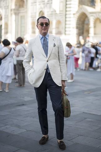 Cómo combinar: blazer de lino en beige, camisa de vestir celeste, pantalón chino azul marino, mocasín con borlas de ante en marrón oscuro