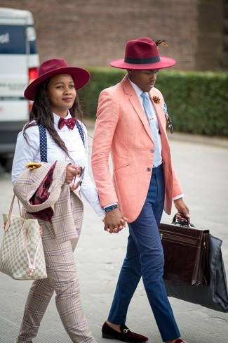 Cómo combinar: blazer de lino rosado, camisa de vestir blanca, pantalón chino azul marino, mocasín de terciopelo burdeos