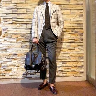 Cómo combinar una corbata estampada en marrón oscuro: Elige un blazer a cuadros blanco y una corbata estampada en marrón oscuro para un perfil clásico y refinado. Mocasín con borlas de cuero burdeos son una opción práctica para complementar tu atuendo.