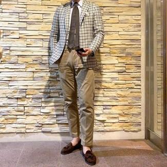 Cómo combinar: blazer de cuadro vichy en beige, camisa de vestir blanca, pantalón chino marrón claro, mocasín con borlas de ante en marrón oscuro