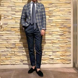 Cómo combinar: blazer de tartán azul marino, camisa de vestir de rayas verticales blanca, pantalón chino azul marino, mocasín con borlas de ante negro
