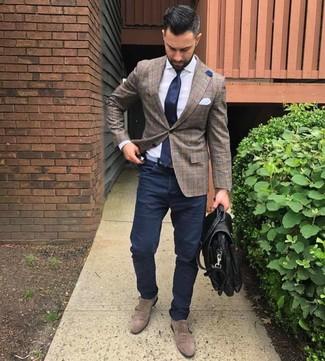 Cómo combinar: blazer de tartán marrón, camisa de vestir blanca, pantalón chino azul marino, zapatos con doble hebilla de ante marrónes