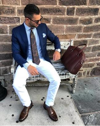 Cómo combinar: blazer azul marino, camisa de vestir celeste, pantalón chino blanco, zapatos oxford de cuero en marrón oscuro