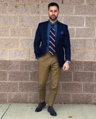 Cómo combinar: blazer azul marino, camisa de vestir de cambray azul, pantalón chino verde oliva, zapatos oxford de cuero azul marino