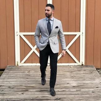 Cómo combinar un pañuelo de bolsillo negro: Para un atuendo tan cómodo como tu sillón opta por un blazer gris y un pañuelo de bolsillo negro. Haz zapatos derby de cuero negros tu calzado para mostrar tu inteligencia sartorial.