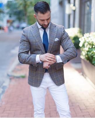 Cómo combinar: blazer de tartán gris, camisa de vestir blanca, pantalón chino blanco, corbata a lunares en verde azulado