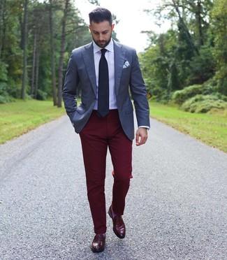 Cómo combinar: blazer azul marino, camisa de vestir blanca, pantalón chino burdeos, mocasín de cuero burdeos