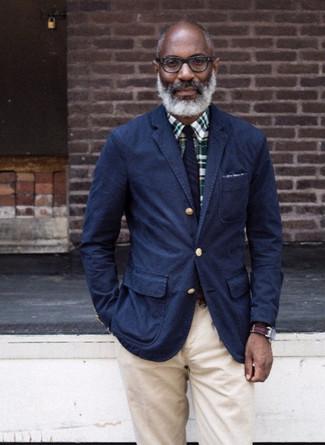 Cómo combinar una corbata de rayas verticales azul marino: Emparejar un blazer de algodón azul marino con una corbata de rayas verticales azul marino es una opción muy buena para una apariencia clásica y refinada.