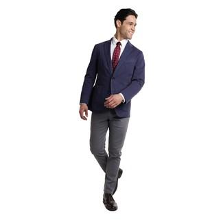 Cómo combinar: blazer azul marino, camisa de vestir blanca, pantalón chino en gris oscuro, botas safari de cuero negras