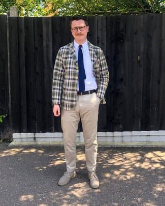 Cómo combinar una corbata de punto en azul marino y blanco: Considera emparejar un blazer de tartán en azul marino y verde con una corbata de punto en azul marino y blanco para rebosar clase y sofisticación. ¿Quieres elegir un zapato informal? Haz botas safari de ante en beige tu calzado para el día.