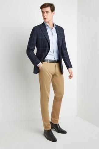 Cómo combinar: blazer a cuadros azul marino, camisa de vestir celeste, pantalón chino marrón claro, zapatos oxford de cuero negros