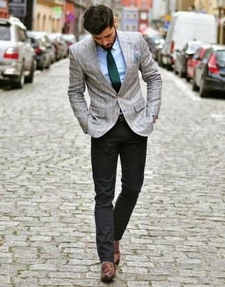 Cómo combinar: blazer de tartán gris, camisa de vestir celeste, pantalón chino negro, mocasín con borlas de cuero marrón