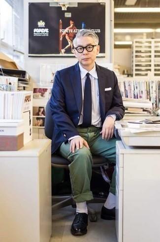 Cómo combinar un blazer azul marino: Utiliza un blazer azul marino y un pantalón chino verde oscuro para después del trabajo. Zapatos derby de cuero negros son una forma sencilla de mejorar tu look.