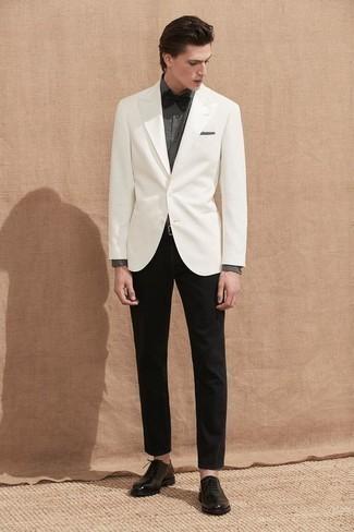 Outfits hombres estilo casual elegante: Si buscas un estilo adecuado y a la moda, considera emparejar un blazer blanco con un pantalón chino negro. Agrega zapatos oxford de cuero negros a tu apariencia para un mejor estilo al instante.