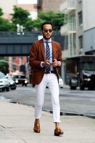 Cómo combinar unos zapatos con doble hebilla de cuero marrónes en verano 2020: Ponte un blazer en tabaco y un pantalón chino blanco para las 8 horas. Opta por un par de zapatos con doble hebilla de cuero marrónes para mostrar tu inteligencia sartorial. Para este verano, es una elección inspiradora.