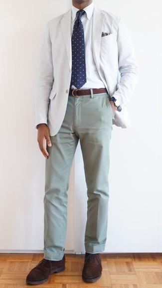 Cómo combinar un pañuelo de bolsillo de paisley blanco: Un blazer blanco y un pañuelo de bolsillo de paisley blanco son una gran fórmula de vestimenta para tener en tu clóset. Con el calzado, sé más clásico y opta por un par de zapatos oxford de ante en marrón oscuro.
