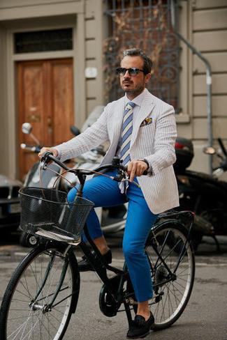 Cómo combinar un blazer de rayas verticales blanco: Considera ponerse un blazer de rayas verticales blanco y un pantalón chino azul para lograr un look de vestir pero no muy formal. Con el calzado, sé más clásico y opta por un par de mocasín con borlas de ante negro.