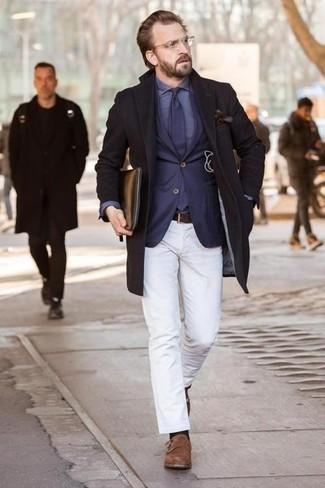 Cómo combinar una camisa de vestir azul: Equípate una camisa de vestir azul junto a un pantalón chino blanco para después del trabajo. Zapatos con doble hebilla de ante marrónes levantan al instante cualquier look simple.