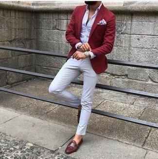 Cómo combinar una camisa de vestir de rayas verticales en blanco y azul: Empareja una camisa de vestir de rayas verticales en blanco y azul con un pantalón chino blanco para después del trabajo. ¿Te sientes valiente? Elige un par de zapatos con doble hebilla de cuero burdeos.