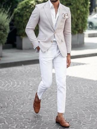 Cómo combinar unos zapatos con doble hebilla de cuero marrónes estilo casual elegante: Si buscas un estilo adecuado y a la moda, considera ponerse un blazer en beige y un pantalón chino blanco. Zapatos con doble hebilla de cuero marrónes proporcionarán una estética clásica al conjunto.