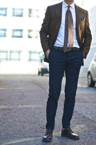 Cómo combinar unos calcetines verdes: Utiliza un blazer en marrón oscuro y unos calcetines verdes para un look agradable de fin de semana. Zapatos derby de cuero en marrón oscuro añaden la elegancia necesaria ya que, de otra forma, es un look simple.