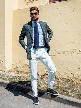 Cómo combinar un blazer de tartán verde oscuro: Intenta combinar un blazer de tartán verde oscuro con un pantalón chino blanco para un lindo look para el trabajo. Si no quieres vestir totalmente formal, complementa tu atuendo con tenis de lona azul marino.
