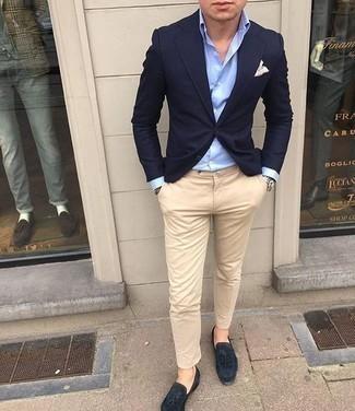 Un mocasín con borlas de vestir con un pantalón chino marrón claro: Equípate un blazer azul marino con un pantalón chino marrón claro para lograr un look de vestir pero no muy formal. Opta por un par de mocasín con borlas para mostrar tu inteligencia sartorial.