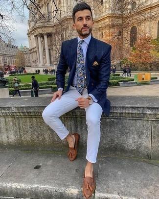 Cómo combinar un pañuelo de bolsillo amarillo: Usa un blazer a cuadros azul marino y un pañuelo de bolsillo amarillo para un look agradable de fin de semana. Con el calzado, sé más clásico y opta por un par de mocasín con borlas de cuero marrón.