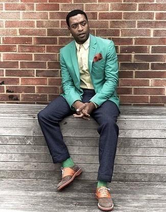 Cómo combinar unos calcetines verdes: Opta por un blazer en verde menta y unos calcetines verdes para un look agradable de fin de semana. Con el calzado, sé más clásico y opta por un par de zapatos oxford de ante marrónes.