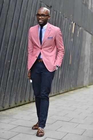 Cómo combinar un blazer rosado: Empareja un blazer rosado junto a un pantalón chino azul marino para un lindo look para el trabajo. ¿Te sientes valiente? Opta por un par de mocasín con borlas de cuero marrón.