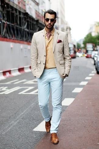 Cómo combinar un pantalón chino celeste: Usa un blazer en beige y un pantalón chino celeste para después del trabajo. Opta por un par de zapatos brogue de cuero en tabaco para mostrar tu inteligencia sartorial.