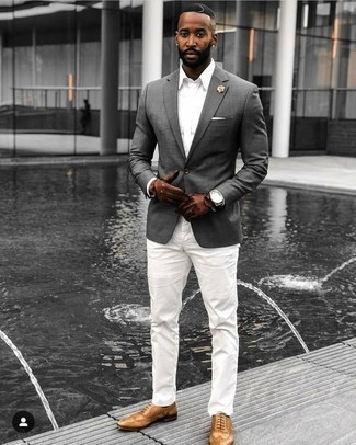 Cómo combinar unos zapatos brogue de cuero marrón claro: Si buscas un look en tendencia pero clásico, elige un blazer gris y un pantalón chino blanco. Con el calzado, sé más clásico y completa tu atuendo con zapatos brogue de cuero marrón claro.