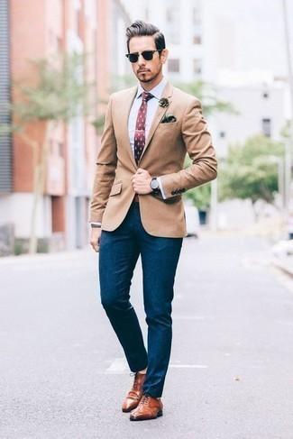 Cómo combinar una camisa de vestir: Una camisa de vestir y un pantalón chino en verde azulado son un look perfecto para ir a la moda y a la vez clásica. Haz zapatos brogue de cuero en tabaco tu calzado para mostrar tu inteligencia sartorial.