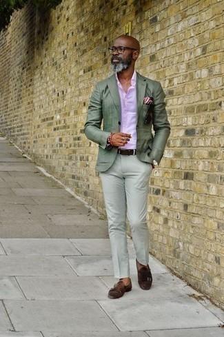 Cómo combinar una camisa de vestir para hombres de 50 años: Intenta ponerse una camisa de vestir y un pantalón chino en verde menta para el after office. ¿Te sientes valiente? Opta por un par de zapatos con doble hebilla de ante en marrón oscuro.