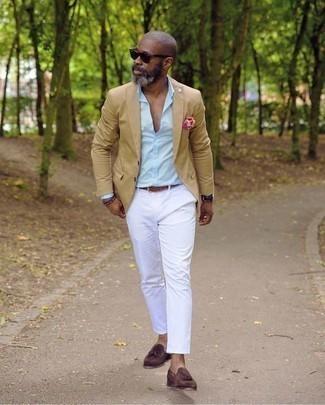 Cómo combinar una camisa de vestir para hombres de 50 años: Considera ponerse una camisa de vestir y un pantalón chino blanco para el after office. Con el calzado, sé más clásico y opta por un par de mocasín con borlas de ante burdeos.
