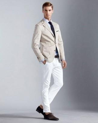 Cómo combinar un blazer en beige: Empareja un blazer en beige junto a un pantalón chino blanco para lograr un estilo informal elegante. Dale onda a tu ropa con zapatos oxford de ante en marrón oscuro.