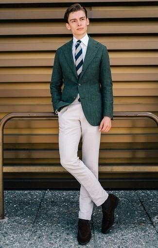 Cómo combinar un blazer verde oscuro: Si buscas un estilo adecuado y a la moda, elige un blazer verde oscuro y un pantalón chino en beige. Con el calzado, sé más clásico y elige un par de mocasín de ante en marrón oscuro.