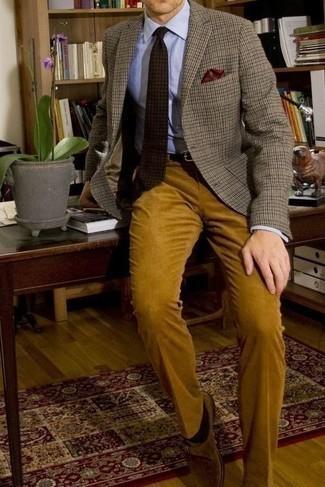Cómo combinar un pañuelo de bolsillo estampado burdeos: Empareja un blazer a cuadros gris con un pañuelo de bolsillo estampado burdeos transmitirán una vibra libre y relajada. Opta por un par de zapatos con hebilla de ante marrón claro para mostrar tu inteligencia sartorial.