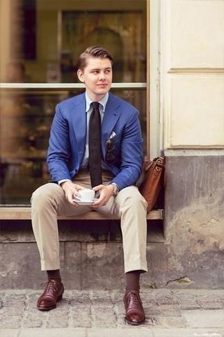Cómo combinar una corbata negra: Emparejar un blazer azul junto a una corbata negra es una opción muy buena para una apariencia clásica y refinada. Zapatos oxford de cuero burdeos son una sencilla forma de complementar tu atuendo.