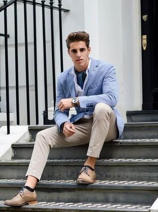 Cómo combinar una bandana azul: Haz de un blazer celeste y una bandana azul tu atuendo para un look agradable de fin de semana. Zapatos derby de cuero marrón claro levantan al instante cualquier look simple.